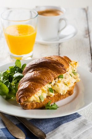 https://atelier.aupaindore.com/wp-content/uploads/2021/06/croissant-dejeuner.jpg